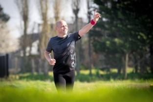 """Sven Weyn loopt marathon langs leerlingen """"omdat ik hen zo hard mis"""""""