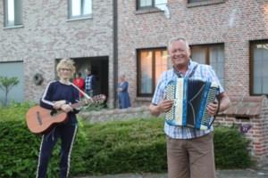 """Straatmuzikanten brengen buren samen: """"Voordien kenden we mekaar niet, nu groeten we iedereen hartelijk"""""""