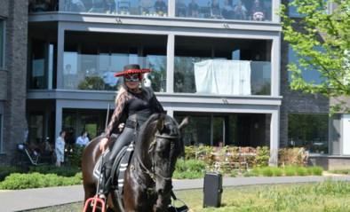 Eveline verrast bewoners WZC Blijvelde met paardenshow tijdens corona lockdown