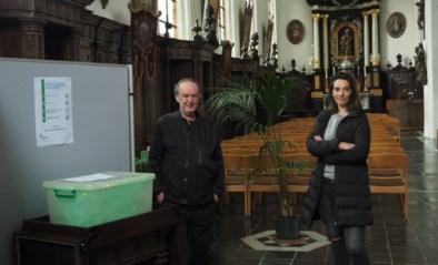Radio 1 presentatrice Karolien Debecker deponeert eerste mondmaskers in de Sint-Martinuskerk