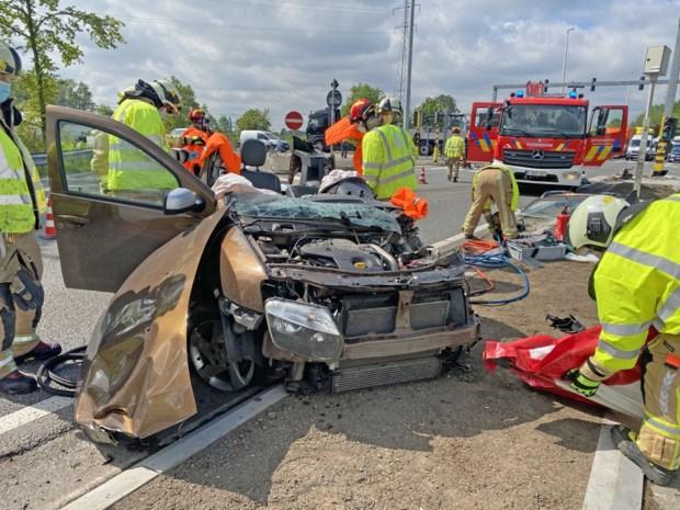 54-jarige Hasselaar zwaargewond na crash tegen verkeerspaal