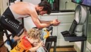 """Mark Cavendish ontroert met foto's van """"beste trainingsmaat ooit"""", dankzij zelfgemaakte rollen"""