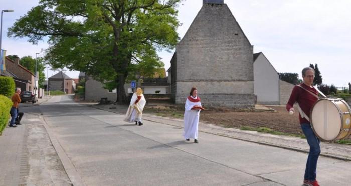 Ook in coronatijden krijgt Sint-Catharina haar processie, zelfs al is het er maar eentje met slechts drie deelnemers