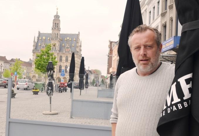 """Raadslid komt met opmerkelijk voorstel om horeca weer op gang te krijgen: """"Maak van het marktplein één groot openluchtcafé"""""""