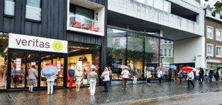 Drukte bij Veritas-winkels veroorzaakt lange wachtrijen
