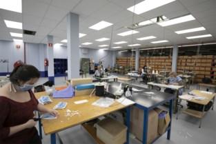 """Naaisters bij Van Moer maakten al meer dan achtduizend mondmaskers: """"Normaal gebruiken we de machines voor reparaties"""""""