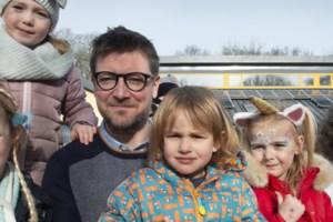 """Joe FM is voor een dag 'schooldirecteur' Karel FM: """"Een eerbetoon voor iedereen die zich voor kinderen inzet tijdens de crisis"""""""