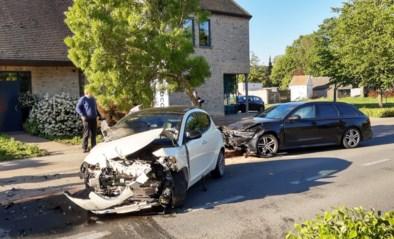 Bestuurster raakt gewond bij zware aanrijding tussen twee wagens