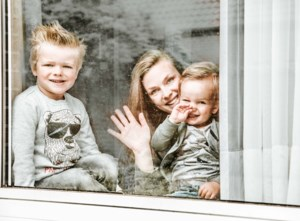 """Gezinsfotografe maakt gratis portretten van achter venster: """"Leuk aandenken aan minder leuke tijd"""""""
