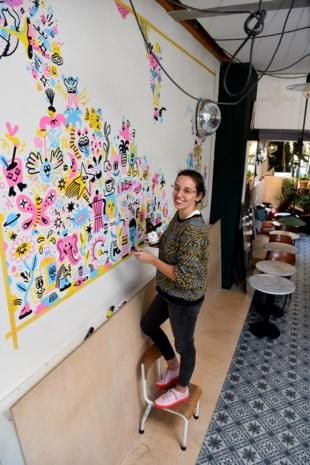 """Kunstenaars mogen doorzakken op café in ruil voor een tekening: """"Sommige voorbijgangers hopen dat ze een pint krijgen"""""""