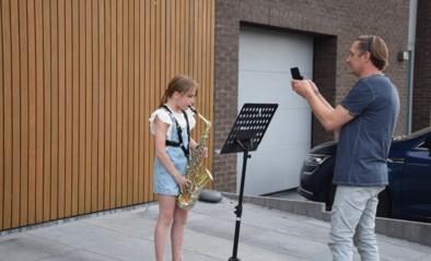 """Sia (10) speelt elke avond saxofoon voor de hele straat: """"Ik wil mensen blij maken"""""""