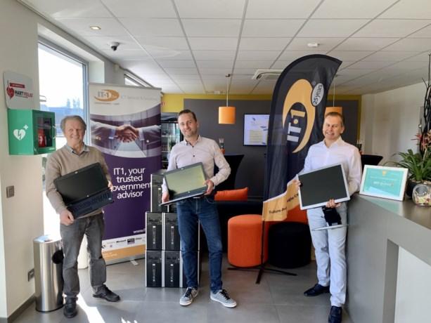 Gemeente Assenede en IT1 schenken acht desktop pc's en twee laptops aan Welzijnsschakels