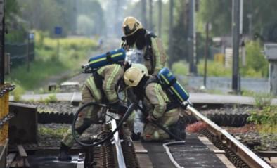 Brand tussen treinrails vlakbij station