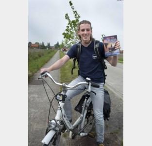Auteur Ruben fietst van deur tot deur met debuutroman
