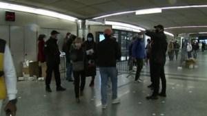 Drukte in heropende (metro)stations in Parijs, van social distancing weinig te merken