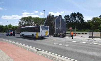 Zwaar ongeval met bus en personenwagen in Roosdaal: brandweer moet slachtoffer bevrijden