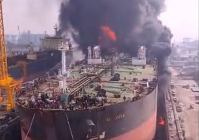 Olietanker schiet in brand in Indonesië: 22 gewonden