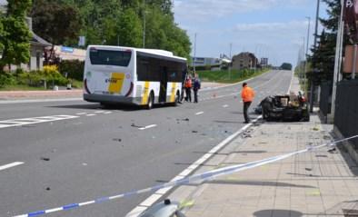 Bestuurder personenwagen levensgevaarlijk gewond na botsing met Lijnbus