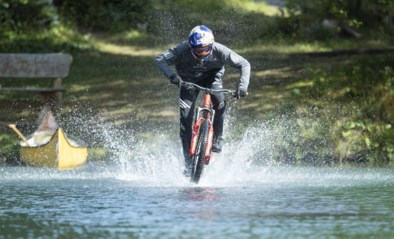 """Belgische wereldtopper Thomas Genon haalt hallucinante stunts uit met mountainbike: """"Tommy G kan over water rijden"""""""
