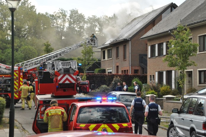 Geen gewonden bij korte maar hevige dakbrand