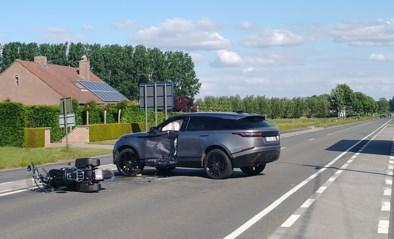 Motard (54) zwaargewond na botsing met overdraaiende wagen
