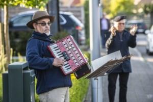 """Marc (63) fleurt elke avond zijn straat op met accordeonmuziek: """"Mooi om te zien hoe we de mensen kunnen verbinden met elkaar"""""""
