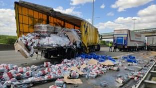 Snelweg urenlang versperd door ongeval met drie vrachtwagens
