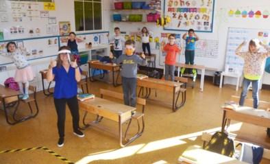 Acht enthousiaste leerlingen bij juf Louise op eerste proefdag