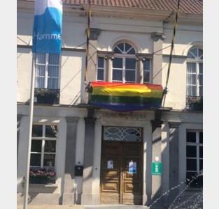 Regenboogvlag aan Hamse gemeentehuis