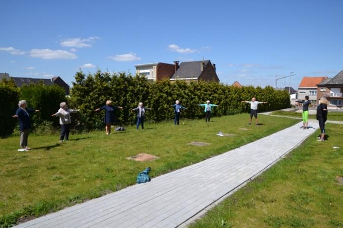 """Rusthuisbewoners kunnen weer sporten in de tuin: """"Ze doen dat liever dan vanop hun balkon"""""""