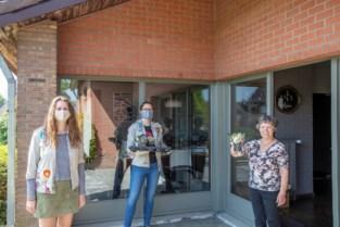 """Kluisbergen Lokaal verrast alle moeders met bloemetje: """"Koop bij ons, wij denken aan u"""""""