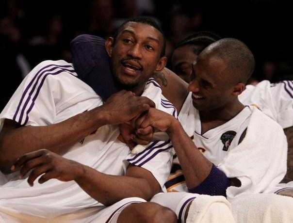 Rouwende Didier Mbenga wordt één van de hoofdrolspelers in documentaire over Kobe Bryant