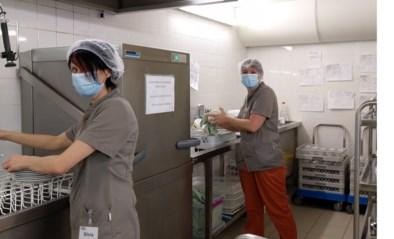 """Poetsvrouwen Sylvia en Vanessa springen bij in keuken woon-zorgcentrum: """"Het is maar normaal dat hen uit de nood helpen"""""""