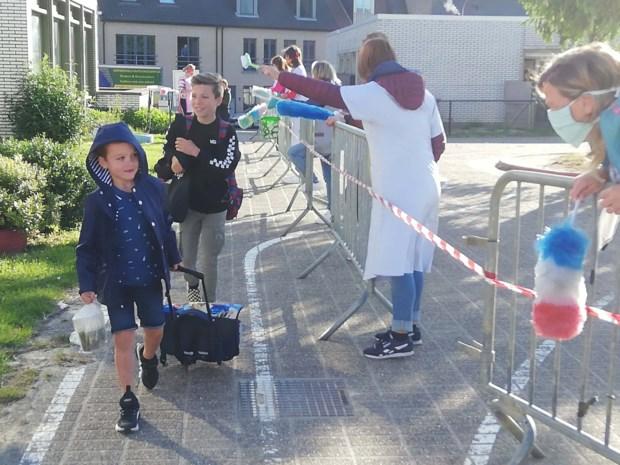 Hygiëne boven alles: juffen verwelkomen kinderen met plumeau en poetsgerief