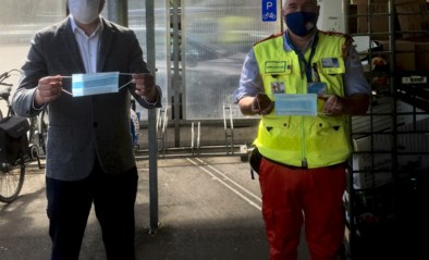 Rode Kruis Zulte deelt mondmaskers uit aan de plaatselijke supermarkten