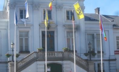 Gevel gemeentehuis spreekt boekdelen