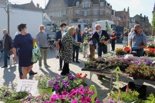 """Hilde Crevits koopt bloemen op de markt: """"Gezellig druk, maar geen overrompeling"""""""