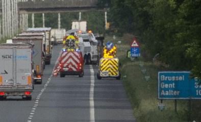 Vrachtwagen kantelt en belandt in gracht, hulpdiensten moeten chauffeur bevrijden uit cabine