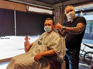 """Na twee maanden mag barbier weer werken, maar tijd voor een praatje heeft hij niet: """"Drie uur lang telefoons gehad, dus aan baarden verzorgen ben ik nog niet toe"""""""