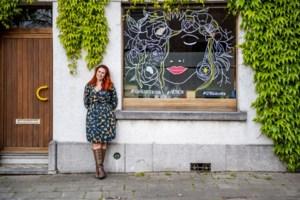 """'Quarantekeningen' verfraaien Leuvense ramen: """"Na vier dagen had ik al 150 aanvragen"""""""