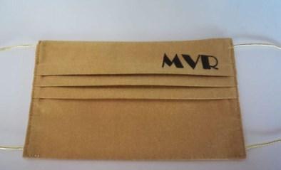 Naaigroep De Tetterende Tiretten schenkt Marc Van Ranst gepersonaliseerd gouden mondmasker