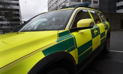 Wagen gaat van rijbaan en belandt op dak, twee bejaarden gewond