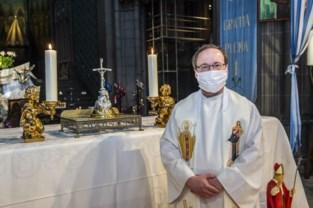 Haartjes paus Johannes Paulus II voor het eerst te zien in basiliek