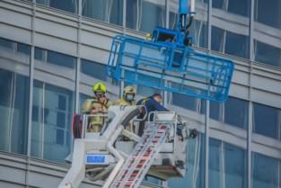 Brandweer bevrijdt ramenwassers uit hachelijke situatie
