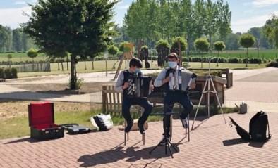 Broers geven accordeonconcert voor bewoners WZC Betze Rust