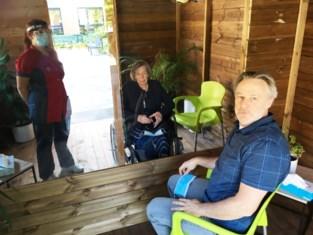 Tuinhuis wordt babbelbox: weer bezoek van familie voor rusthuisbewoners