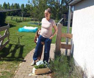 """Mama Saren krijgt bloemetjes voor haar petitie voor meer aandacht voor kinderen in coronatijden, """"maar een antwoord van de beleidsmakers kreeg ik nog niet"""""""