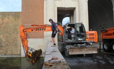 Kraan schept afval uit gracht bij Menenpoort