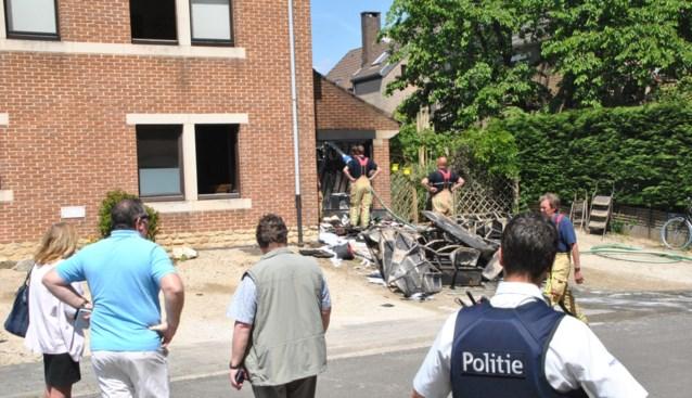Garage gaat in vlammen op; eigenaar verbrand