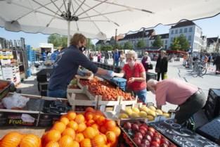 Woensdagmarkt verloopt coronaveilig, stewards geven bezoekers instructies